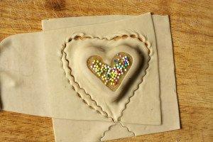 2. dio je slaganje kolačića: tijesto, smjesa, tijesto pa izrezivanje