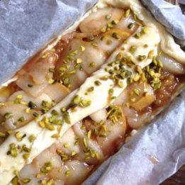 recept za kolač s kruškama ili jabukama i marcipanom