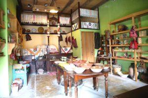 Tradicionalna karpatska kuća pretvorena u malu trgovinu