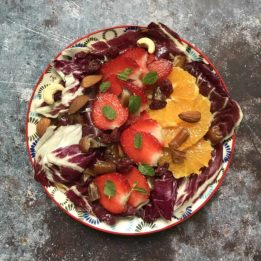 recept za salatu s radičem, narančama, jagodama, datuljama i raznim orasima